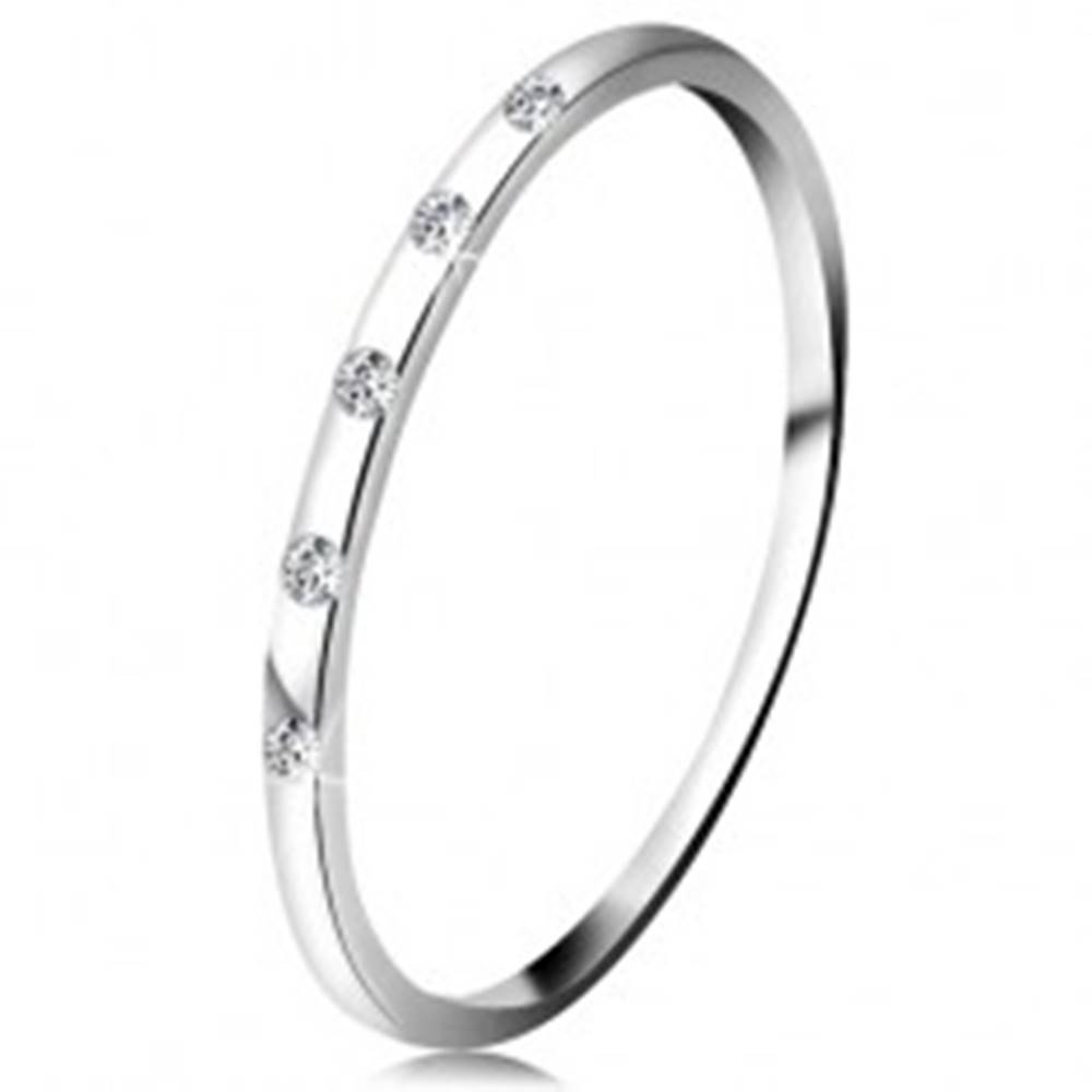 Šperky eshop Prsteň v bielom 14K zlate - päť drobných čírych diamantov, tenká obrúčka - Veľkosť: 48 mm