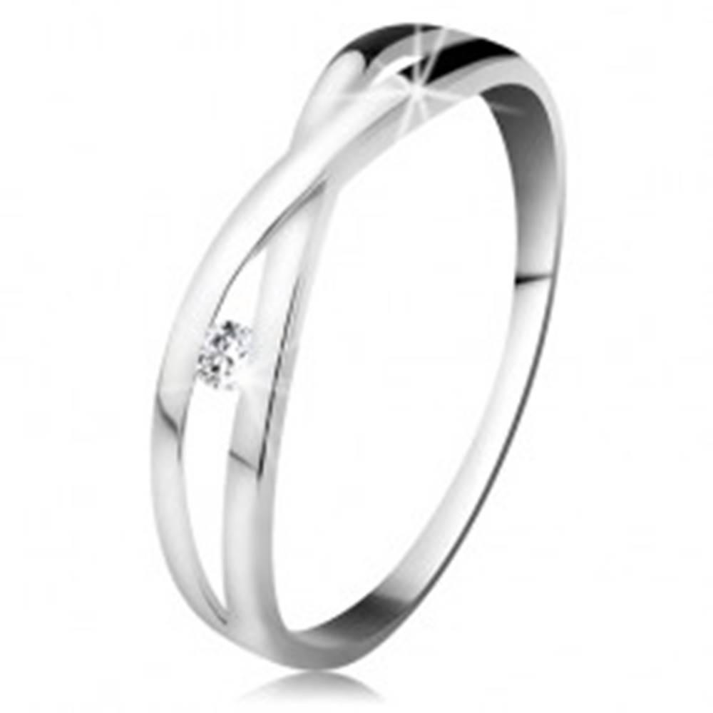 Šperky eshop Prsteň v bielom zlate 585 - okrúhly diamant čírej farby, rozdelené prekrížené ramená - Veľkosť: 48 mm