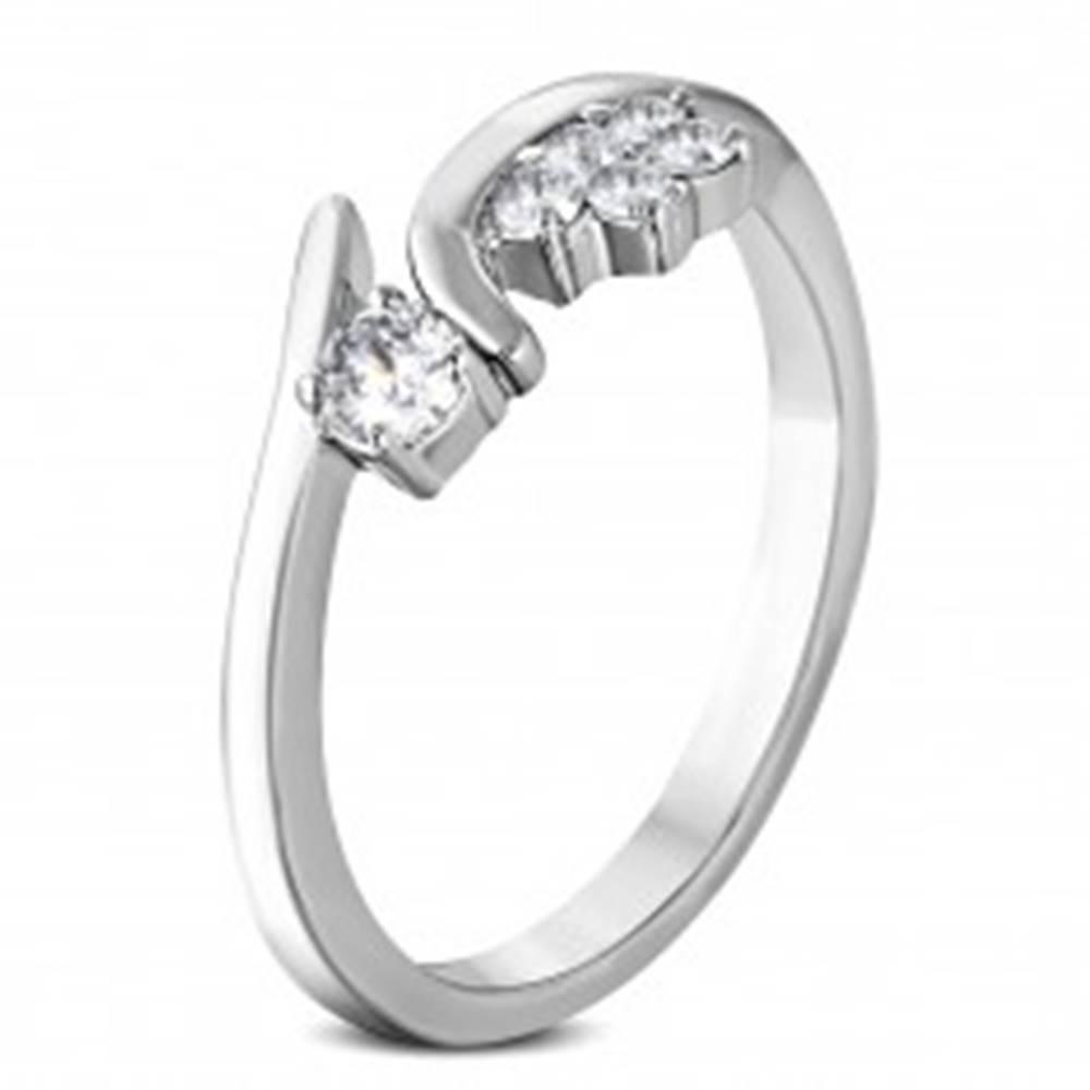 Šperky eshop Prsteň z chirurgickej ocele s kvietkom a zirkónikom čírej farby - Veľkosť: 48 mm