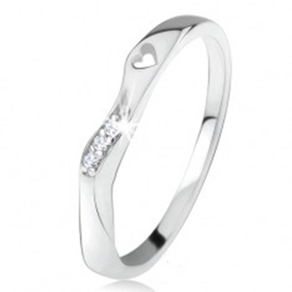 Šperky eshop Strieborný 925 prsteň, zvlnená ozdobná časť, výrez srdiečka, číre zirkóniky - Veľkosť: 46 mm