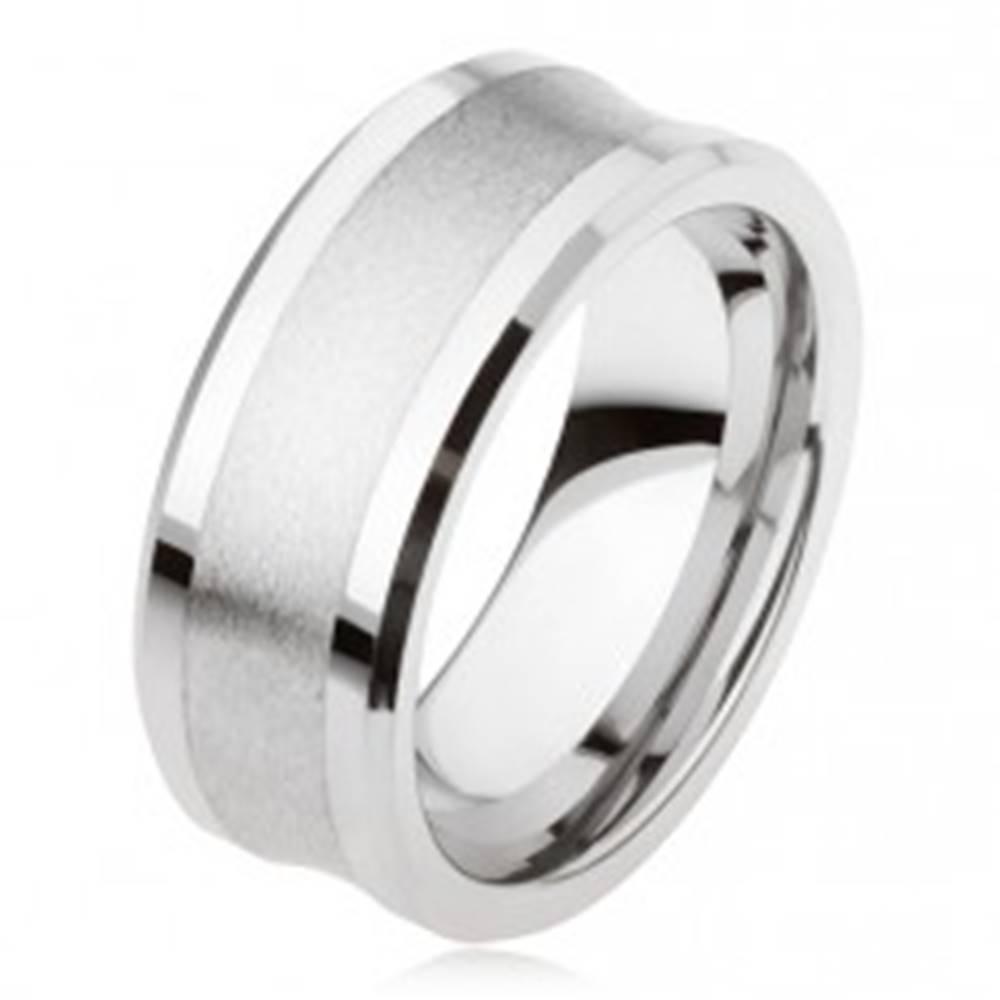 Šperky eshop Tungstenový prsteň striebornej farby, matný stredný pás, lesklé vystupujúce okraje - Veľkosť: 49 mm