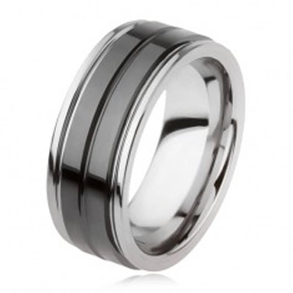 Šperky eshop Wolfrámový prsteň s lesklým čiernym povrchom a zárezom, strieborná farba - Veľkosť: 49 mm