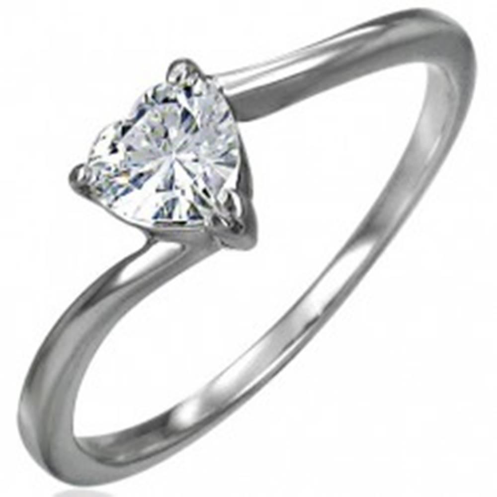 Šperky eshop Zásnubný oceľový prsteň, zirkónové srdiečko čírej farby, úzke zahnuté ramená - Veľkosť: 49 mm