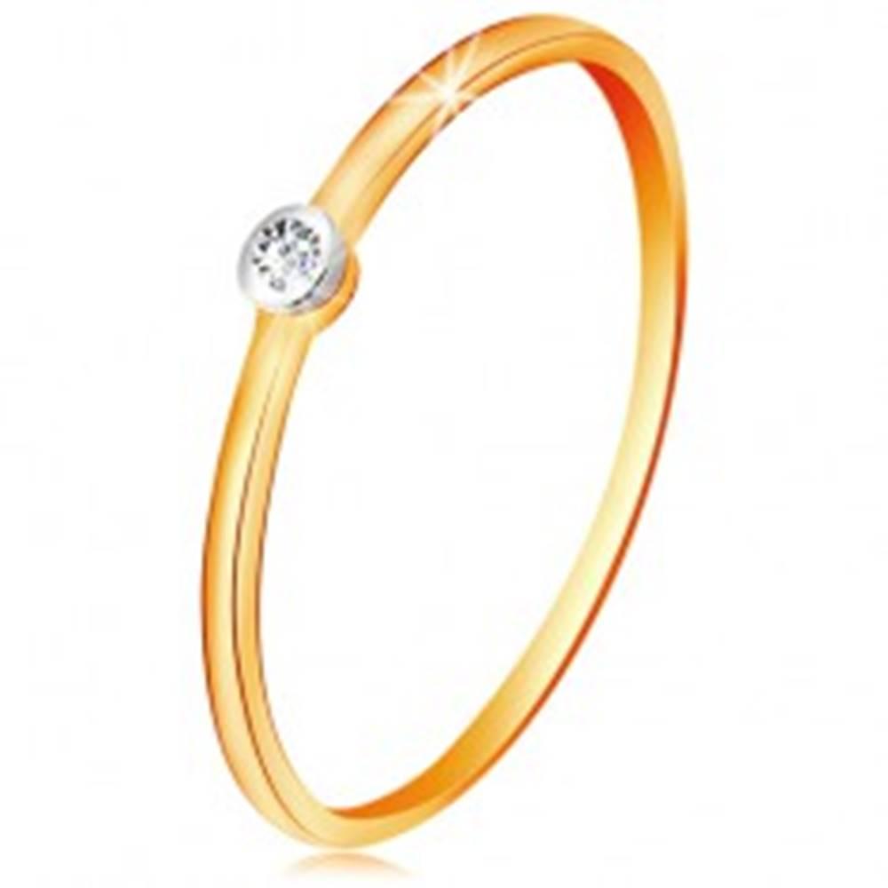 Šperky eshop Zlatý dvojfarebný prsteň 585 - číry briliant v okrúhlej objímke, tenké ramená - Veľkosť: 49 mm