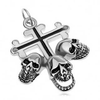 Oceľový prívesok striebornej farby, ľaliový kríž s čiernymi líniami, tri lebky