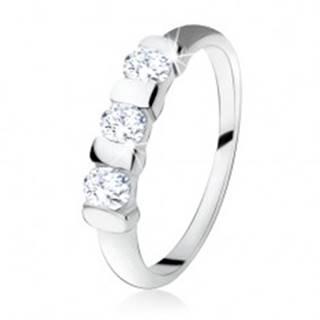 Zásnubný prsteň zo striebra 925, tri číre zirkóny oddelené pásikmi - Veľkosť: 49 mm