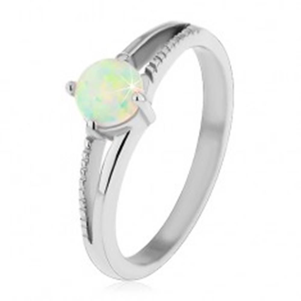 Šperky eshop Ligotavý prsteň z ocele 316L, strieborný odtieň, okrúhly syntetický opál, vrúbky - Veľkosť: 48 mm