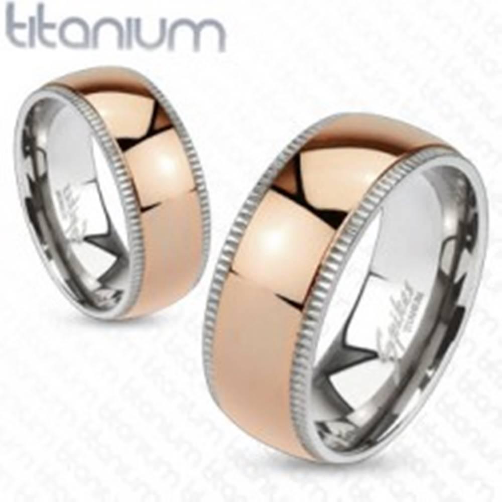 Šperky eshop Obrúčka z titánu v ružovozlatej farbe - vrúbkovaný okraj  - Veľkosť: 49 mm