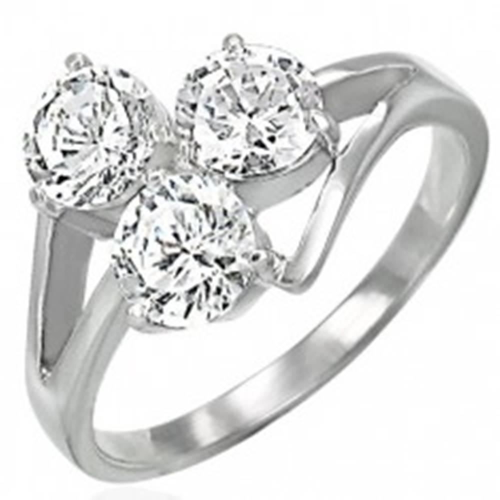 Šperky eshop Oceľový prsteň s troma čírymi zirkónmi na vystupujúcich líniách - Veľkosť: 48 mm