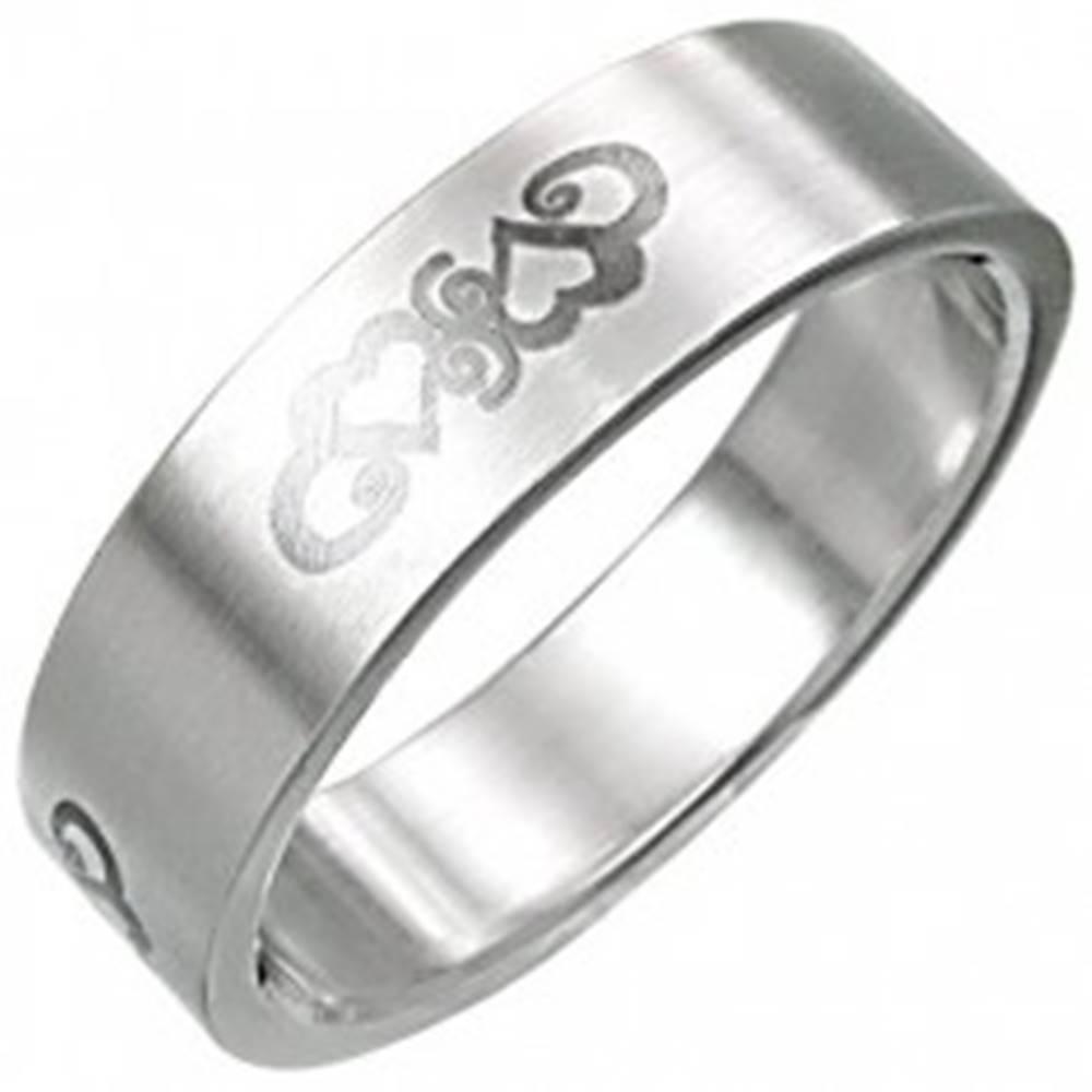 Šperky eshop Oceľový prsteň so srdiečkovým ornamentnom - Veľkosť: 55 mm
