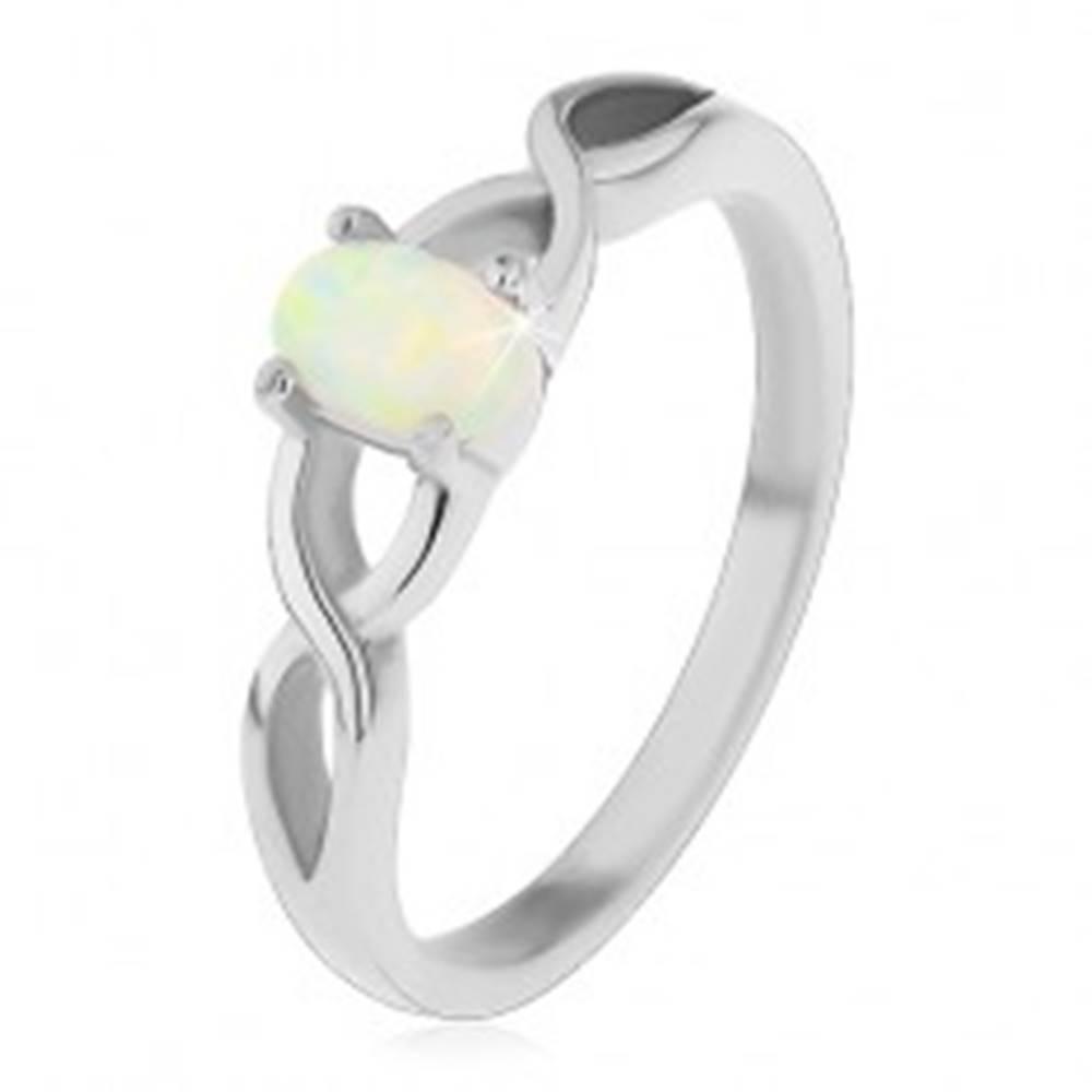Šperky eshop Oceľový prsteň striebornej farby, oválny syntetický opál, prekrížené ramená - Veľkosť: 49 mm