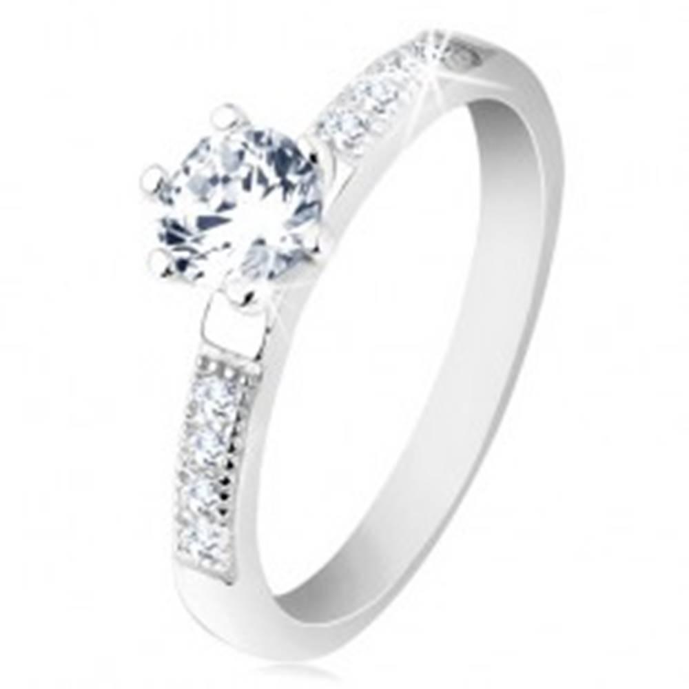 Šperky eshop Prsteň zo striebra 925, zirkóny v štvorčekoch, okrúhly číry zirkón v kotlíku - Veľkosť: 49 mm