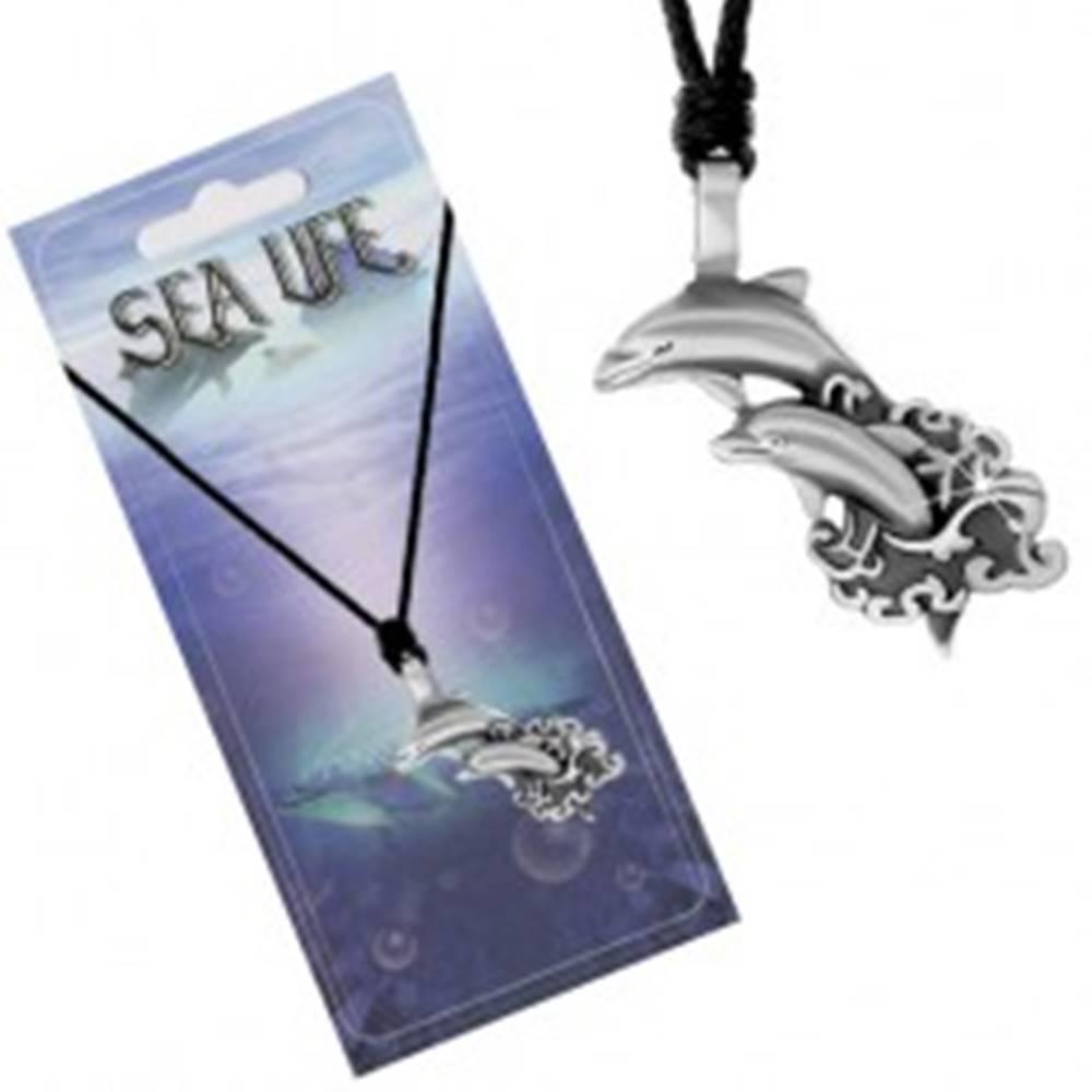 Šperky eshop Šnúrkový náhrdelník s príveskom dvoch delfínov vyskakujúcich z mora