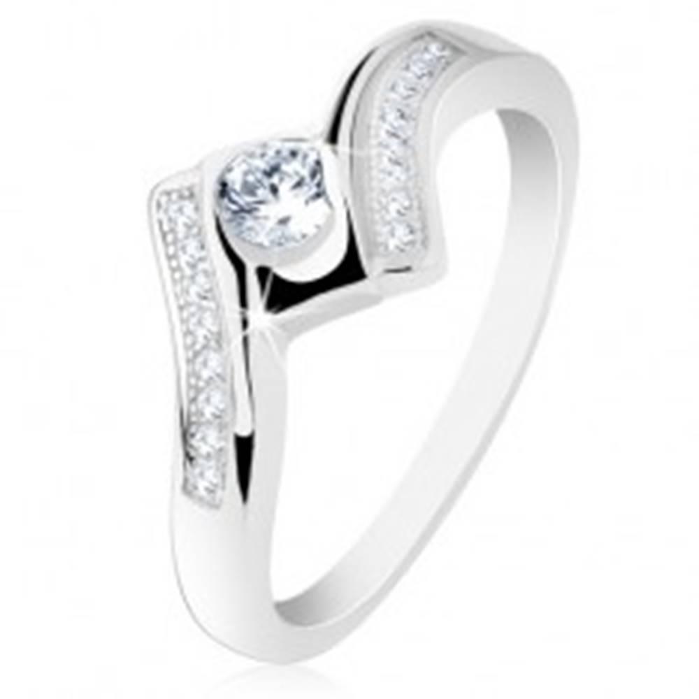 Šperky eshop Strieborný prsteň 925, širšie zatočené ramená, lesklý štvorec, číre zirkóniky - Veľkosť: 50 mm