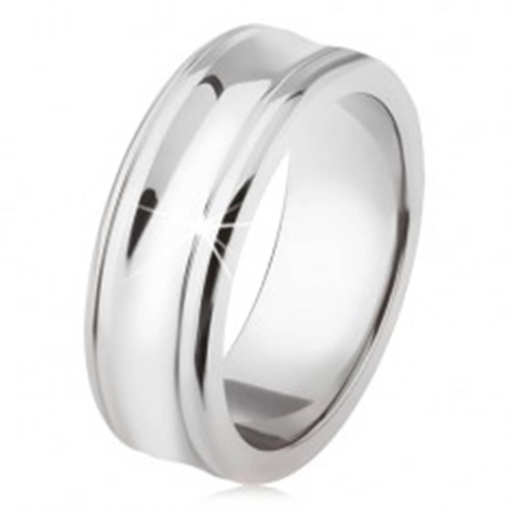 Šperky eshop Titánový prsteň - strieborná farba, lesklý, prehĺbený stredný pás - Veľkosť: 54 mm