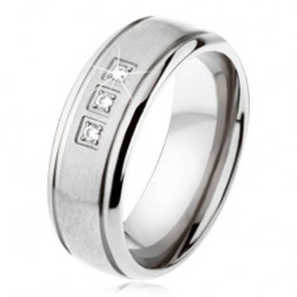 Šperky eshop Titánový prsteň striebornej farby, matný pás, lesklé okraje, tri zirkóny - Veľkosť: 54 mm