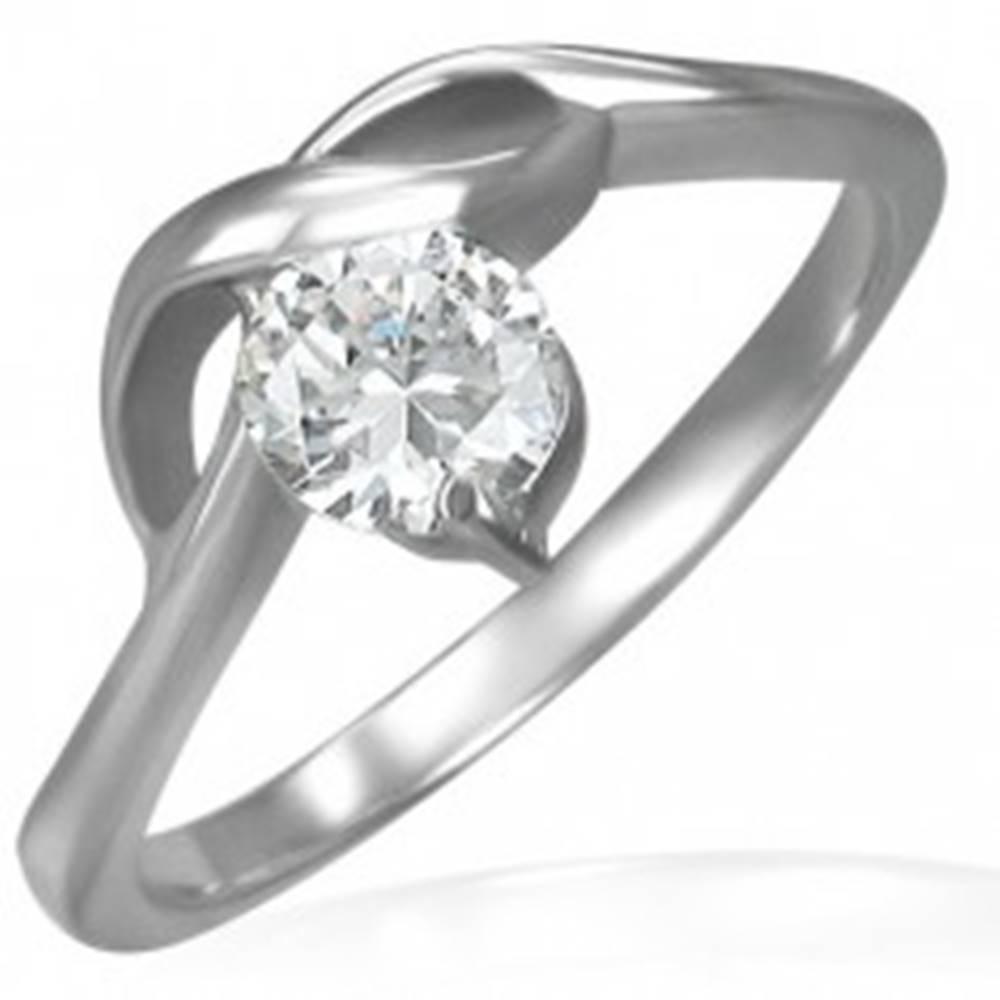 Šperky eshop Zásnubný prsteň s okrúhlym čírym zirkónom a jemnými vlnkami - Veľkosť: 49 mm