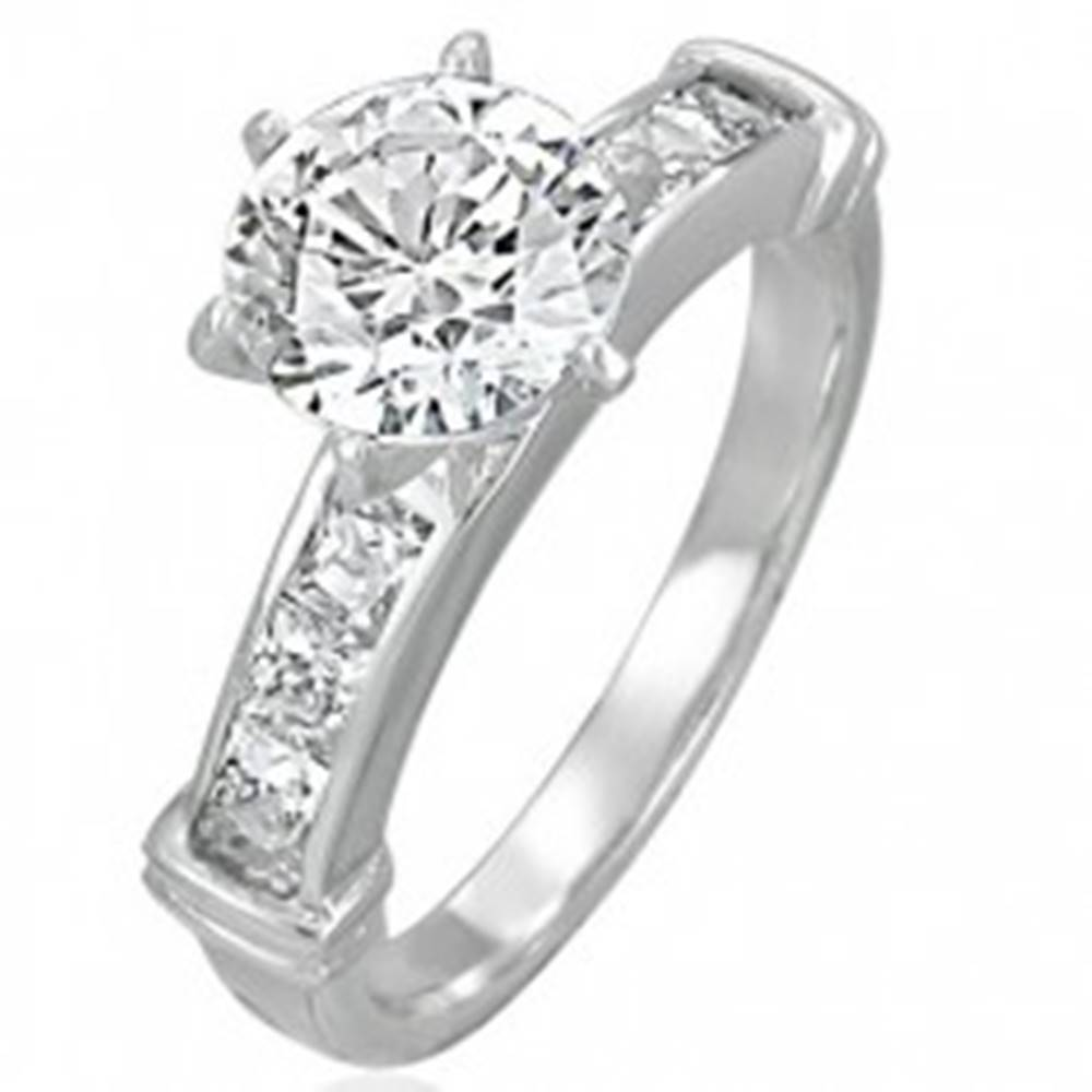 Šperky eshop Zásnubný prsteň s veľkým vsadeným zirkónom, línia zirkónov v hranatej prednej časti - Veľkosť: 49 mm
