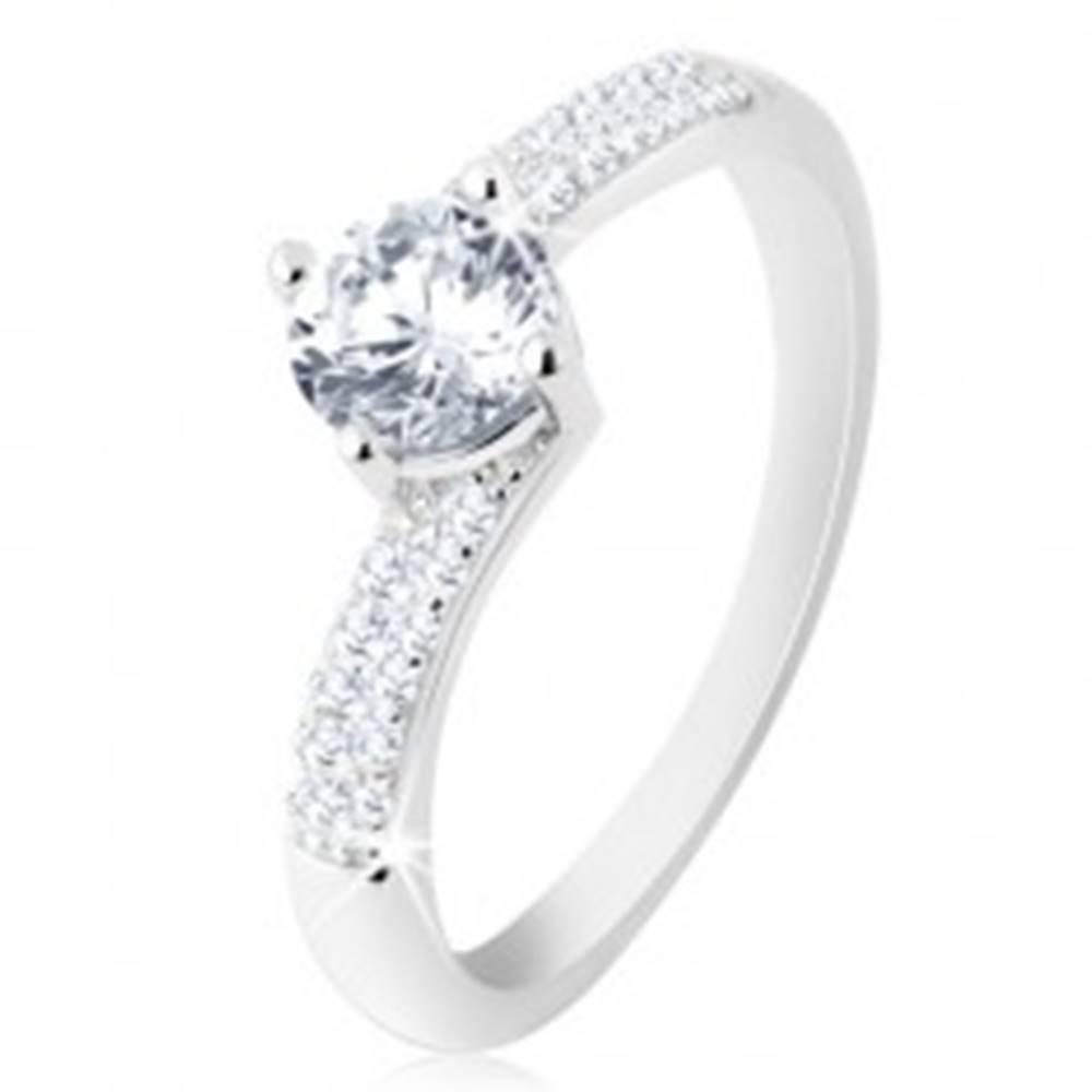 Šperky eshop Zásnubný prsteň zo striebra 925, ligotavé ramená, okrúhly číry zirkónik - Veľkosť: 48 mm
