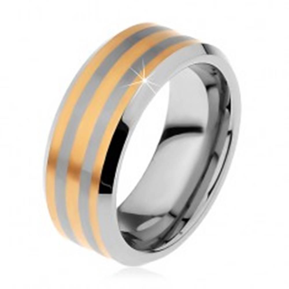 Šperky eshop Dvojfarebný tungstenový prsteň s troma pásikmi zlatej farby, lesklo-matný, 8 mm - Veľkosť: 49 mm