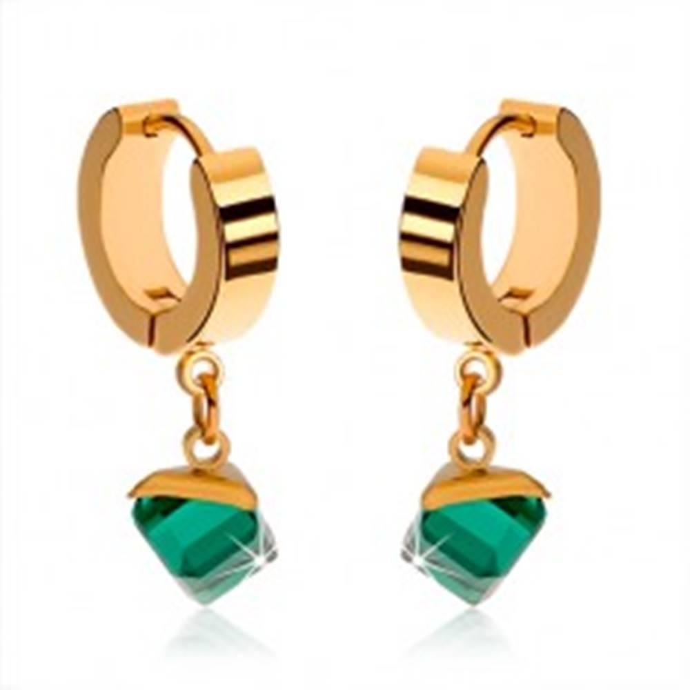 Šperky eshop Lesklé náušnice z ocele zlatej farby, visiaca smaragdovo zelená kocka