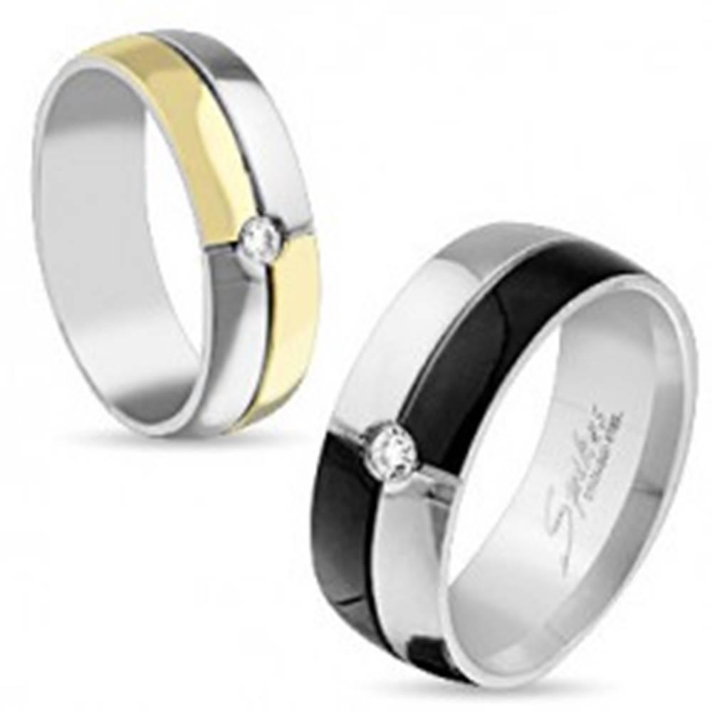 Šperky eshop Oceľový prsteň striebornej a čiernej farby, zirkón uprostred, 8 mm - Veľkosť: 59 mm