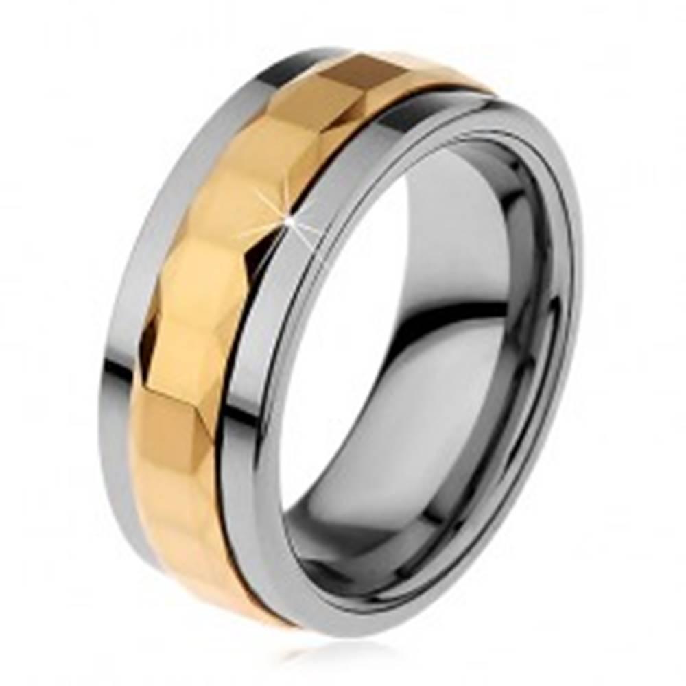 Šperky eshop Prsteň z tungstenu, strieborná a zlatá farba, otáčavý stredový pás so štvorcami, 8 mm - Veľkosť: 49 mm