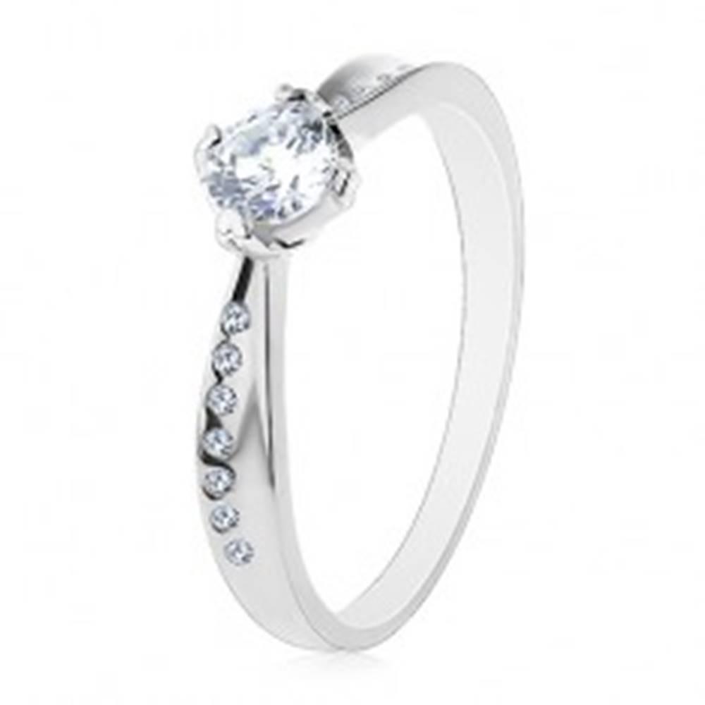 Šperky eshop Prsteň zo striebra 925, hladká a zirkónová línia, ligotavý číry zirkón v strede - Veľkosť: 48 mm