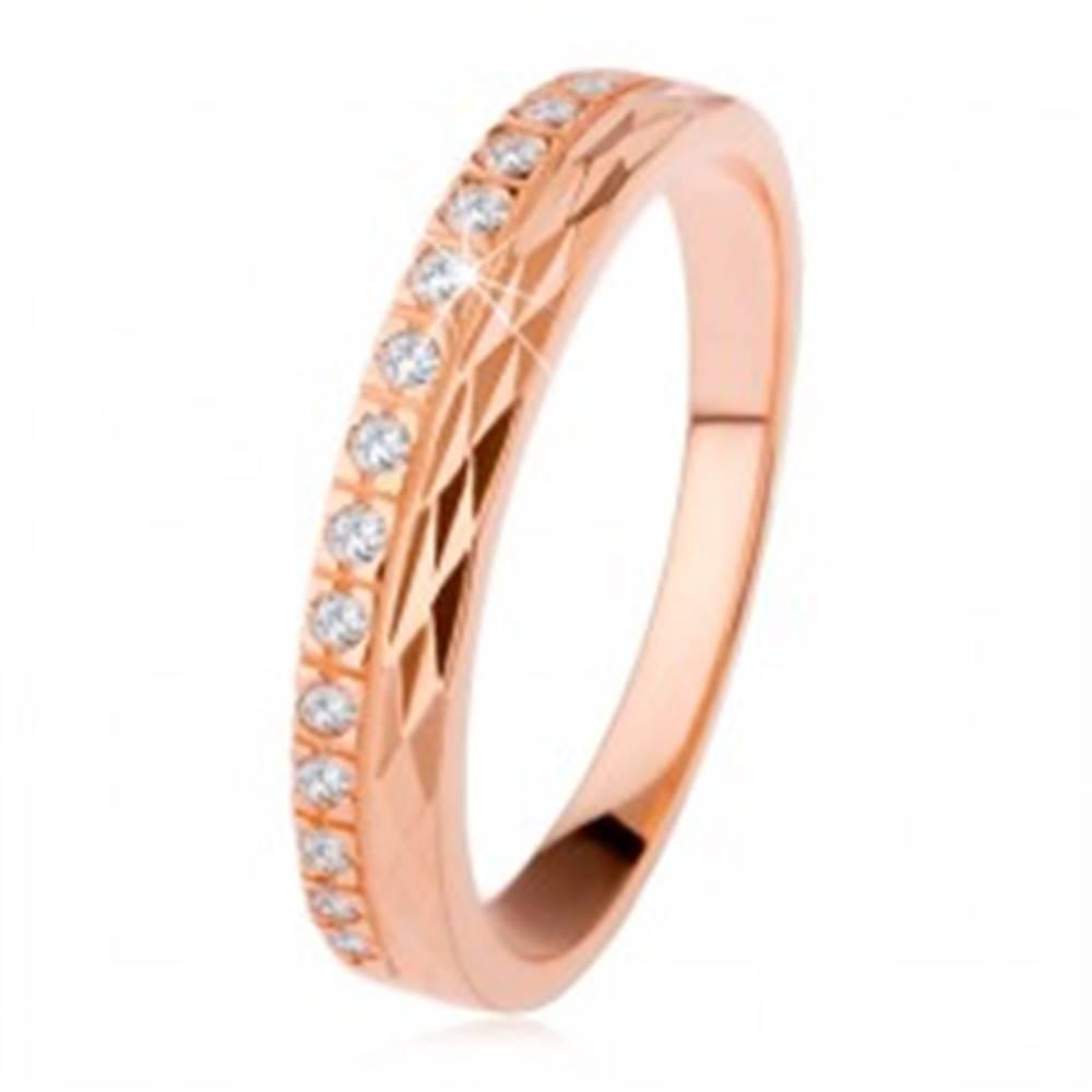 Šperky eshop Strieborný prsteň 925 medenej farby, diamantový rez, zirkónová línia - Veľkosť: 50 mm