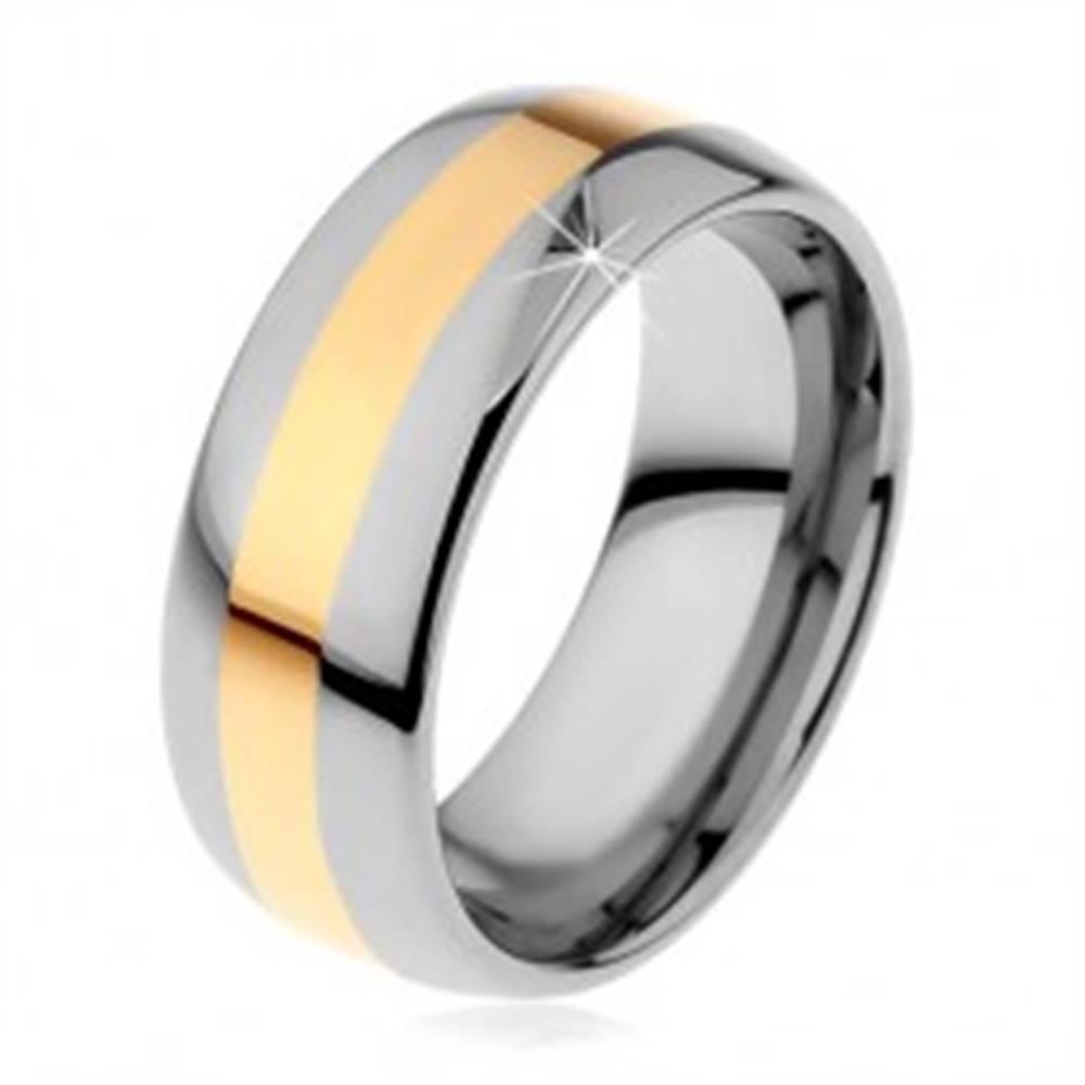 Šperky eshop Volfrámový prsteň v dvojfarebnom prevedení - prúžok zlatej farby, 8 mm - Veľkosť: 49 mm