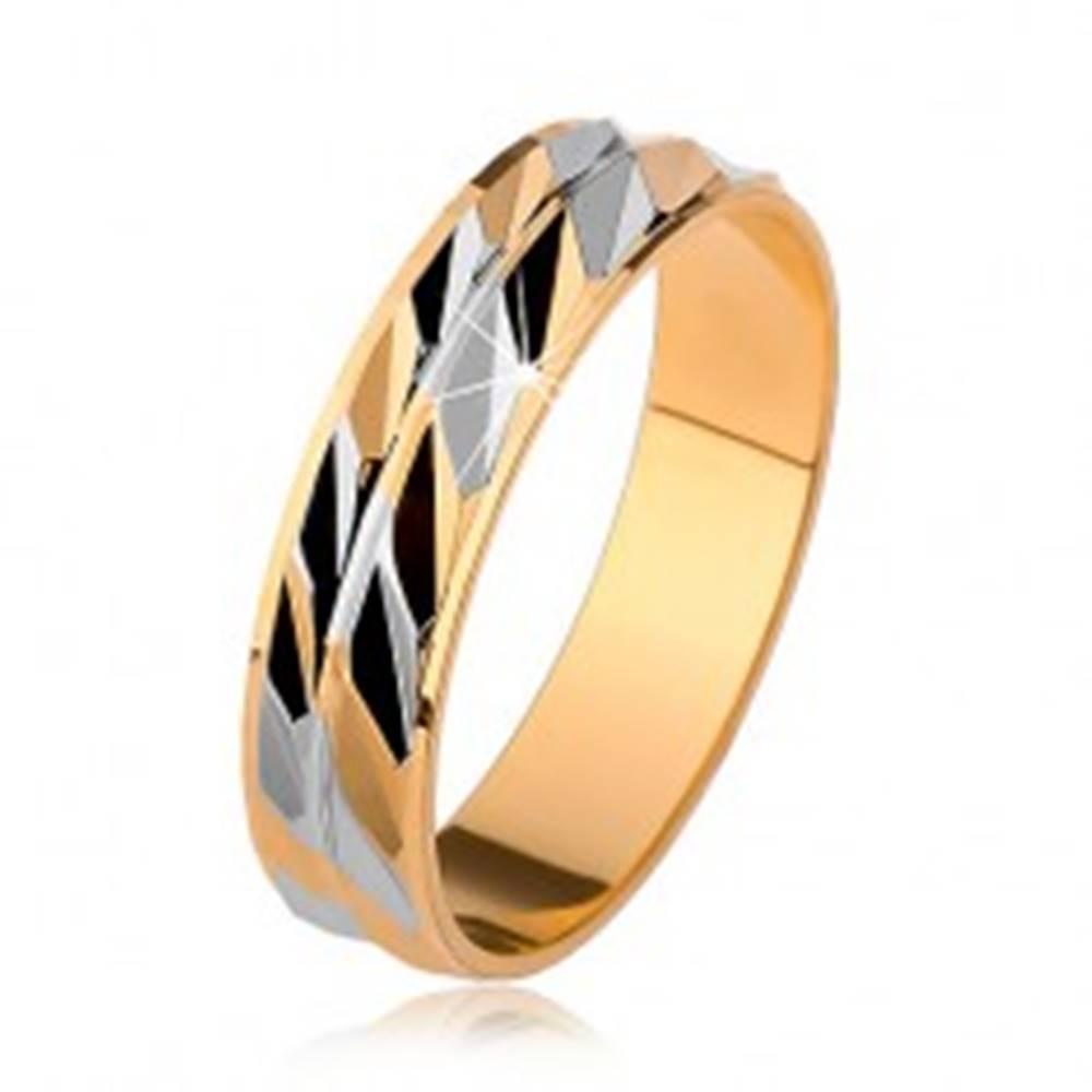 Šperky eshop Dvojfarebná ligotavá obrúčka so šikmými zárezmi, zlatá a strieborná farba - Veľkosť: 53 mm