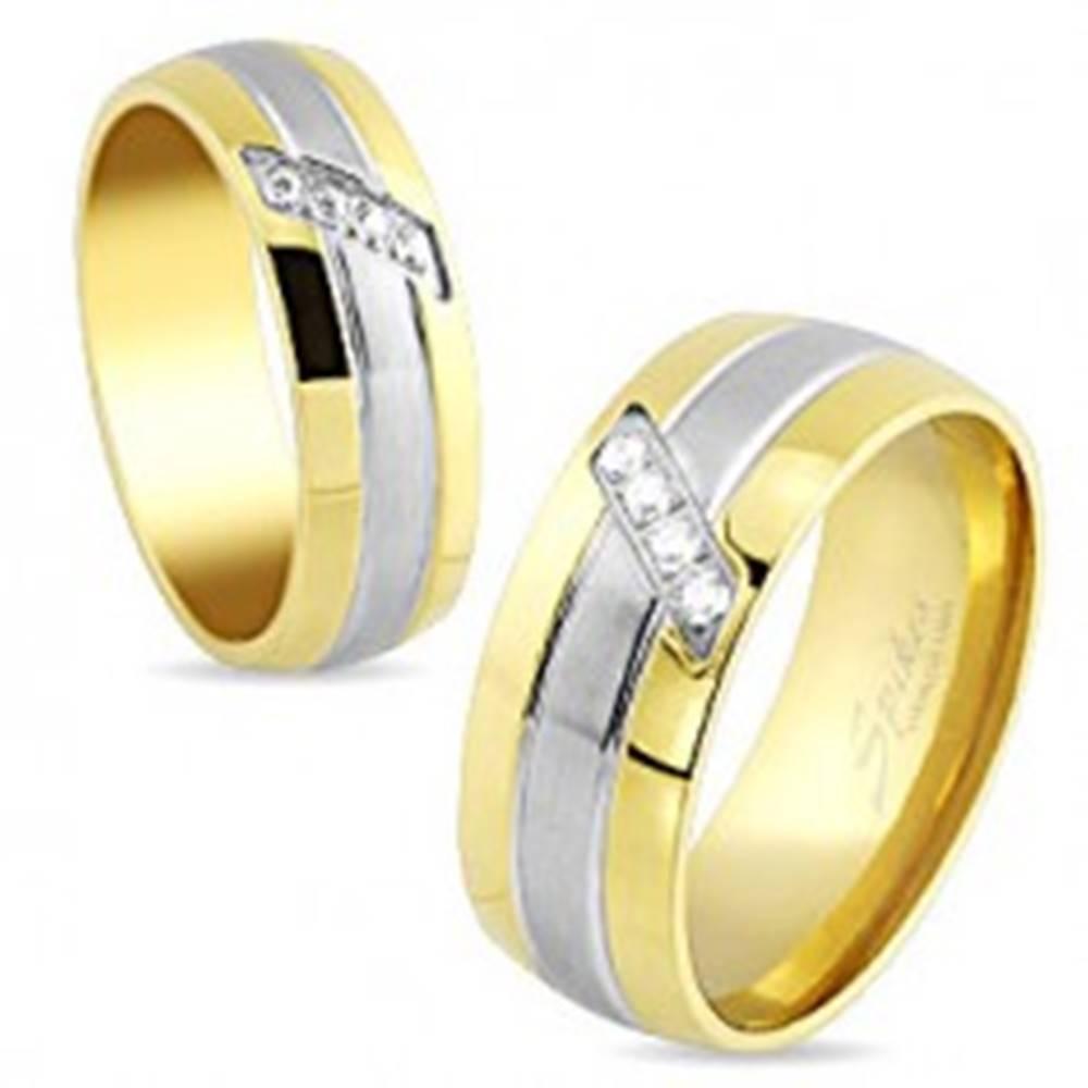 Šperky eshop Oceľová obrúčka, pásiky zlatej a striebornej farby, šikmá línia čírych zirkónov, 6 mm - Veľkosť: 49 mm