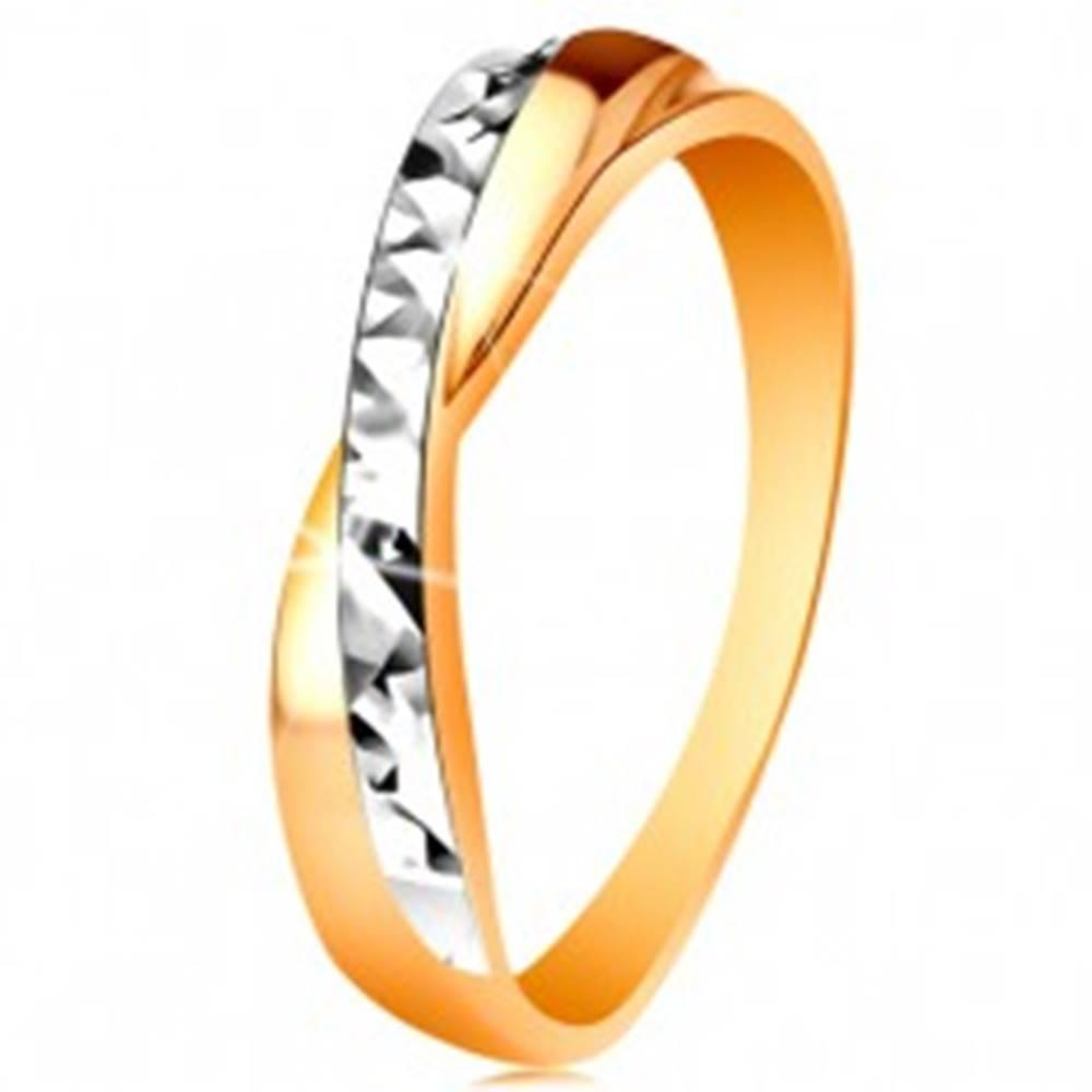 Šperky eshop Prsteň v 14K zlate - dvojfarebné prekrížené ramená, drobné ligotavé ryhy - Veľkosť: 49 mm