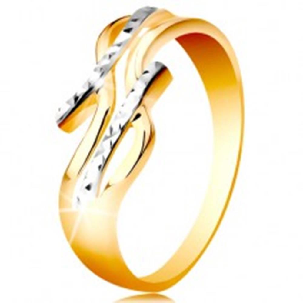 Šperky eshop Prsteň zo 14K zlata - dvojfarebné, rozdelené a zvlnené ramená, ligotavé zárezy - Veľkosť: 48 mm
