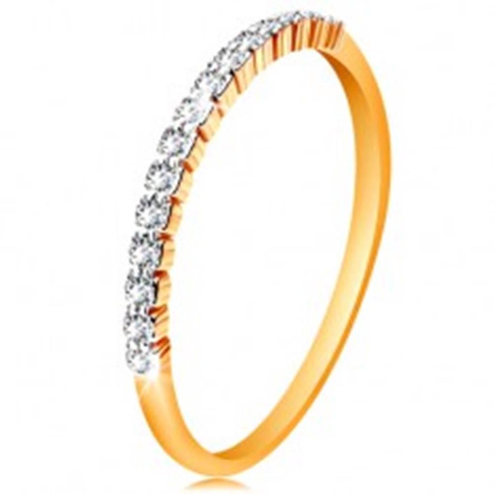 Šperky eshop Zlatý 14K prsteň - pás trblietavých čírych zirkónikov, lesklé ramená - Veľkosť: 49 mm