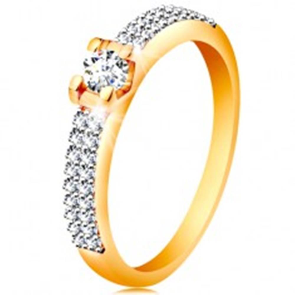 Šperky eshop Zlatý 14K prsteň - trblietavé ramená, okrúhly číry zirkón v hranatom kotlíku - Veľkosť: 49 mm