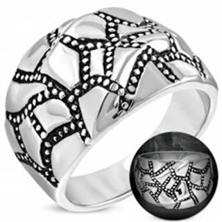 Mohutný oceľový prsteň striebornej farby, zvlnený povrch, patinované pásy - Veľkosť: 52 mm