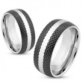 Oceľový prsteň s čiernym mriežkovaným povrchom, pás striebornej farby, 6 mm - Veľkosť: 49 mm