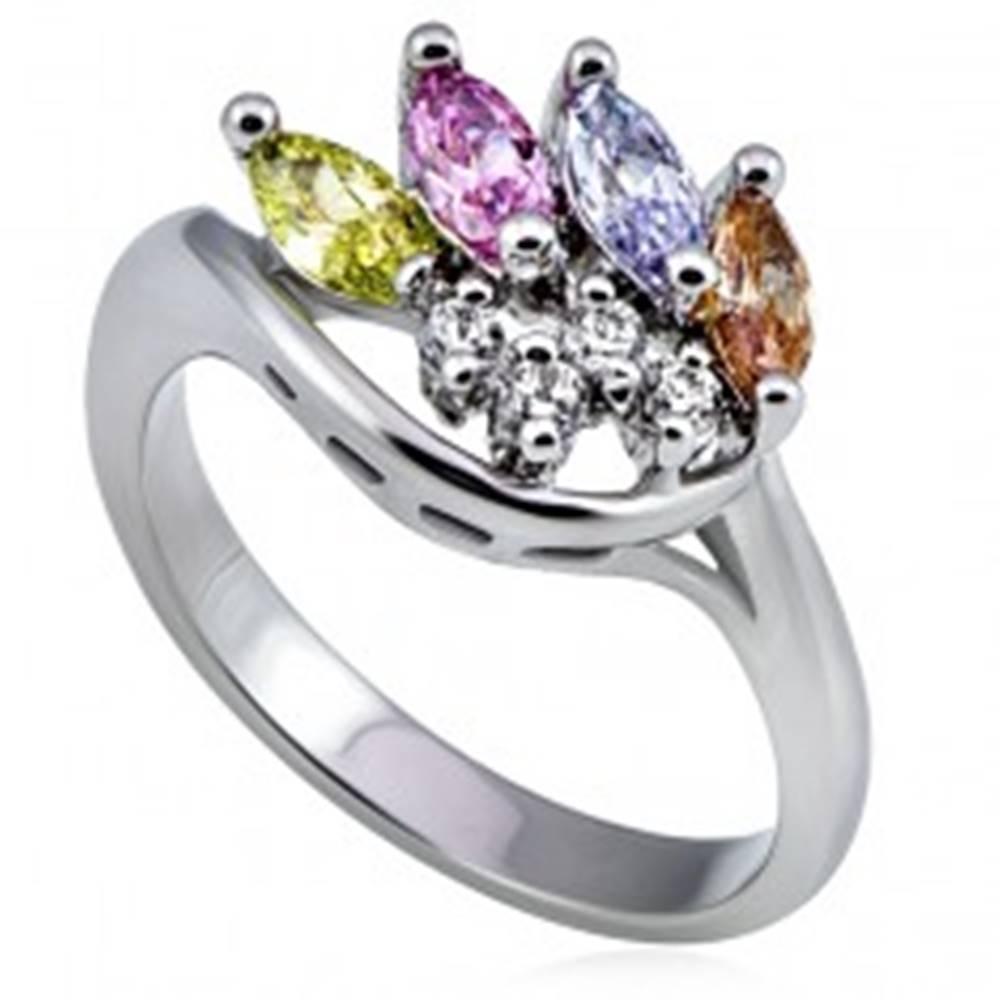 Šperky eshop Kovový prsteň v striebornom prevedení, korunka z farebných a čírych zirkónov  - Veľkosť: 52 mm