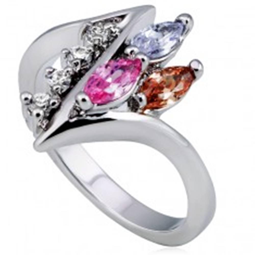 Šperky eshop Lesklý prsteň, ostrá zatočená línia s čírymi a farebnými zirkónmi - Veľkosť: 49 mm