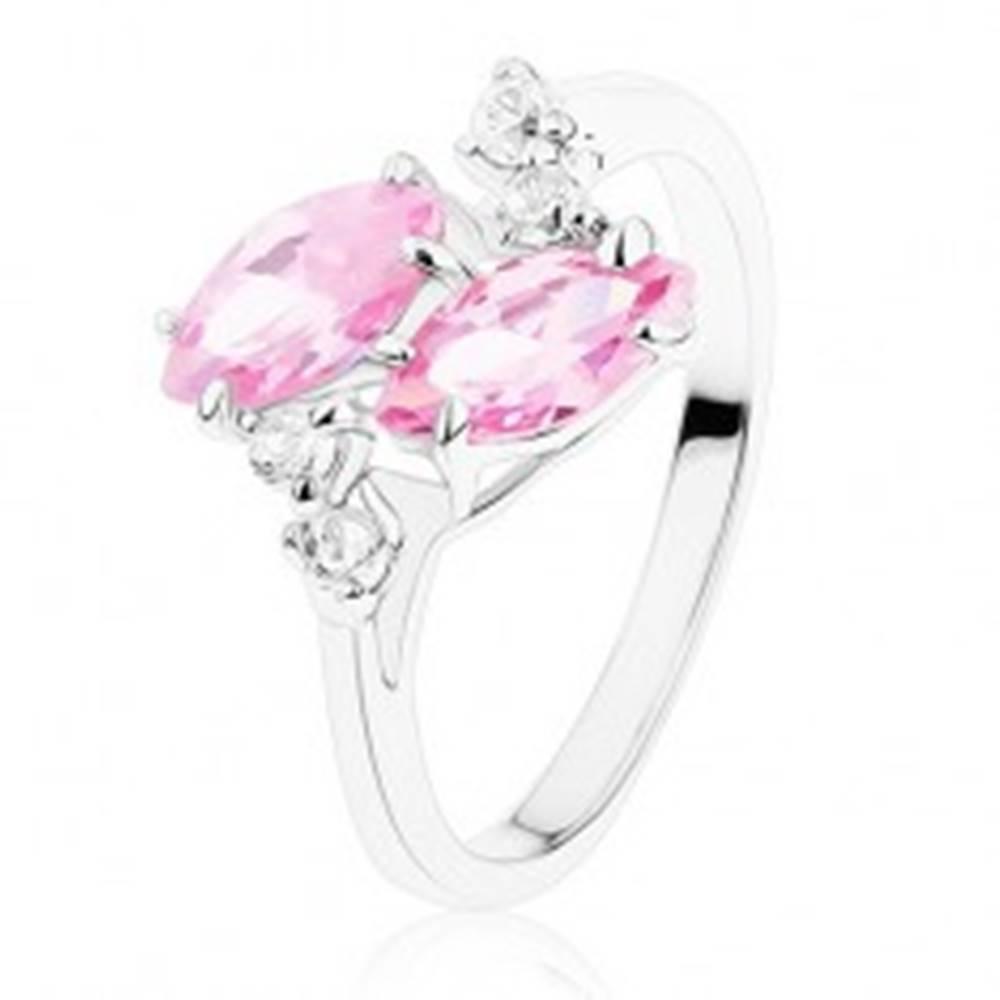 Šperky eshop Ligotavý prsteň v striebornom odtieni, dve ružové zirkónové zrnká, číre zirkóniky - Veľkosť: 52 mm