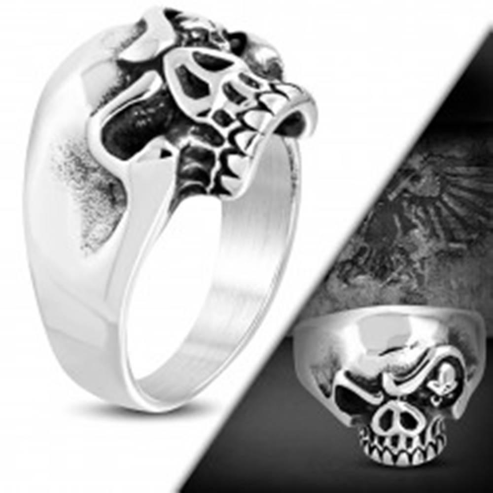 Šperky eshop Masívny oceľový prsteň, patinovaná lebka s nahnevaným výrazom - Veľkosť: 53 mm