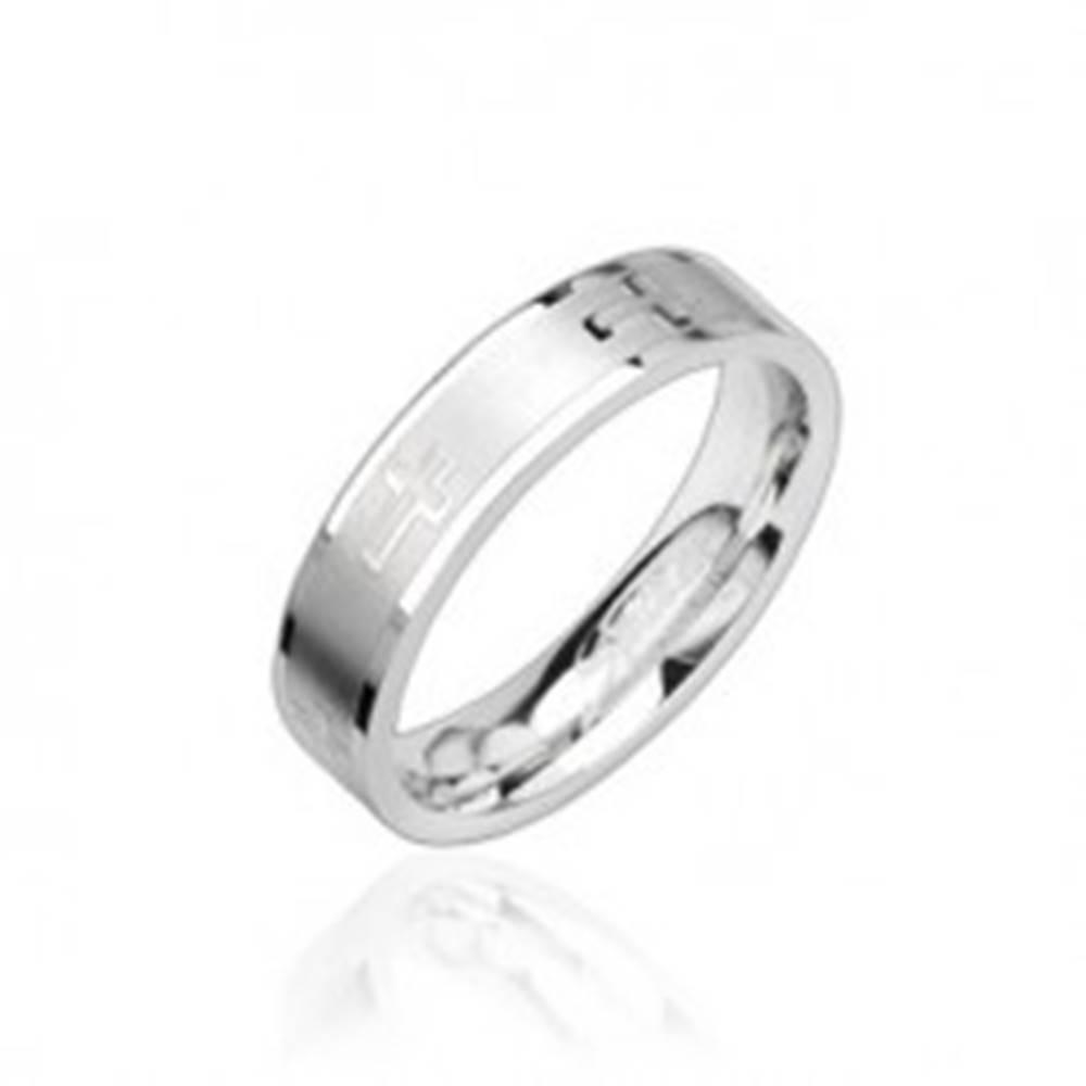 Šperky eshop Oceľový prsteň lesklý, krížiky - Veľkosť: 49 mm