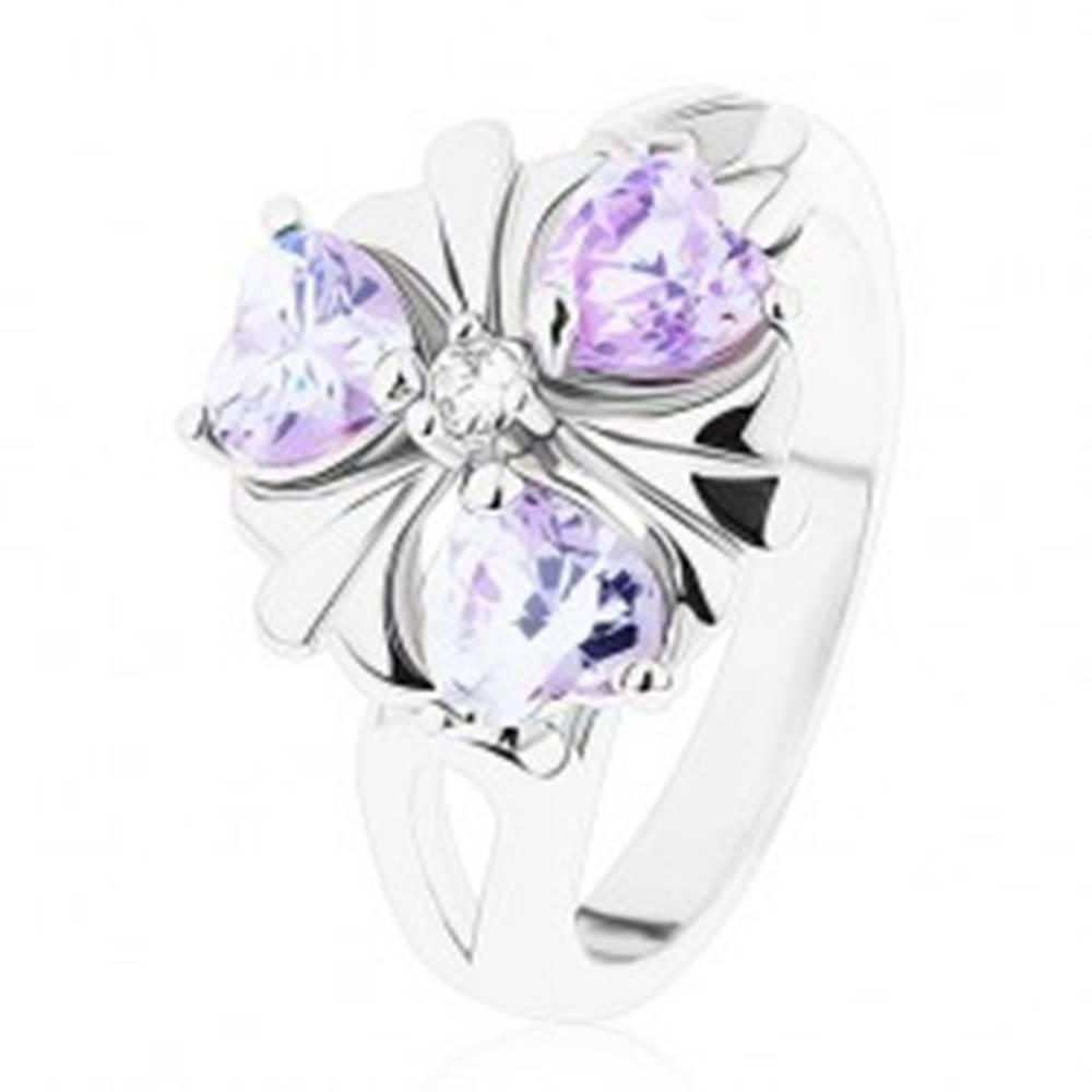 Šperky eshop Prsteň v striebornom odtieni, kvietok s fialovými zirkónovými srdiečkami - Veľkosť: 51 mm