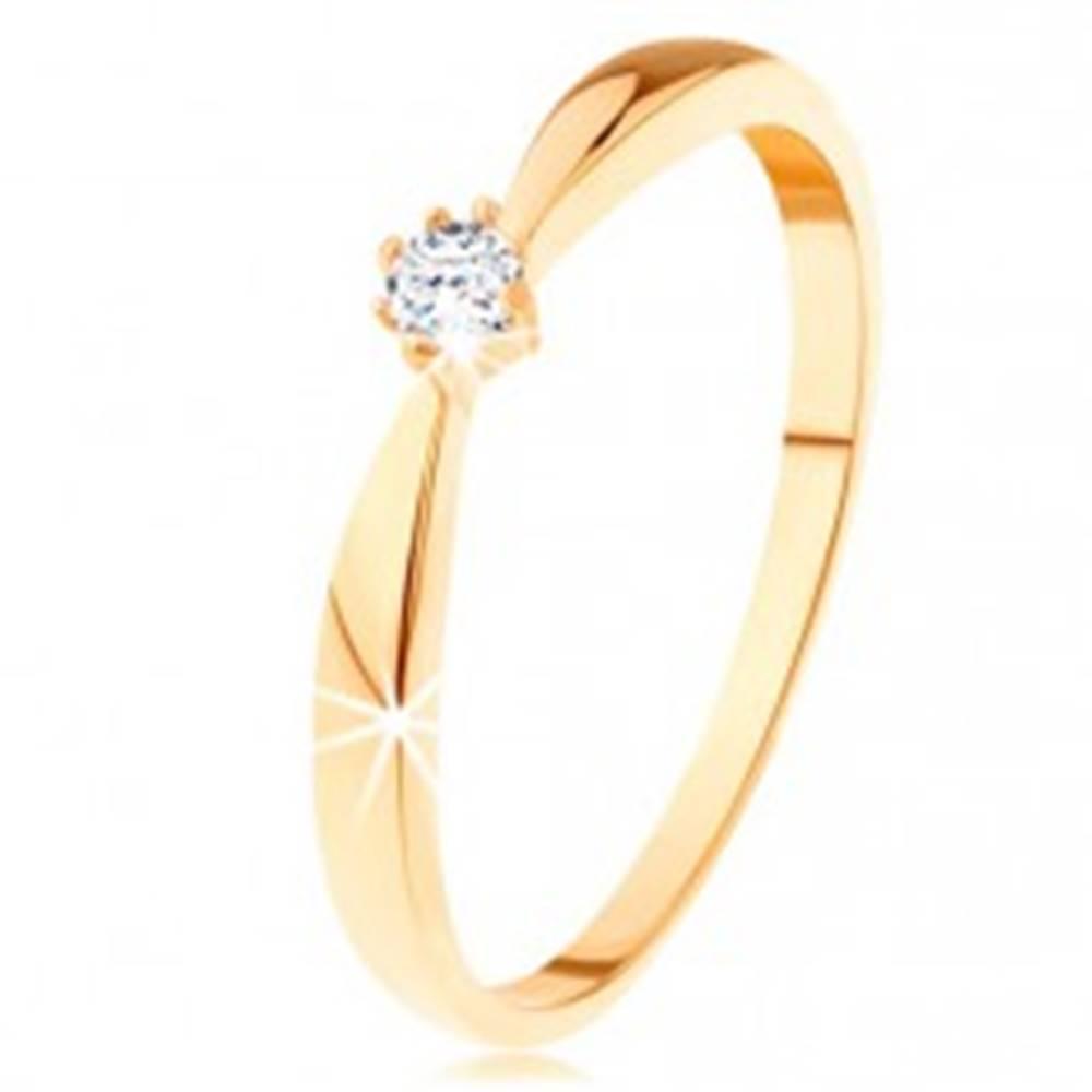 Šperky eshop Prsteň zo žltého 14K zlata - zaoblené ramená, okrúhly diamant čírej farby - Veľkosť: 49 mm