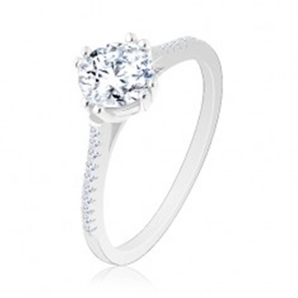 Šperky eshop Zásnubný prsteň zo striebra 925, úzke trblietavé ramená, okrúhly zirkón - Veľkosť: 49 mm