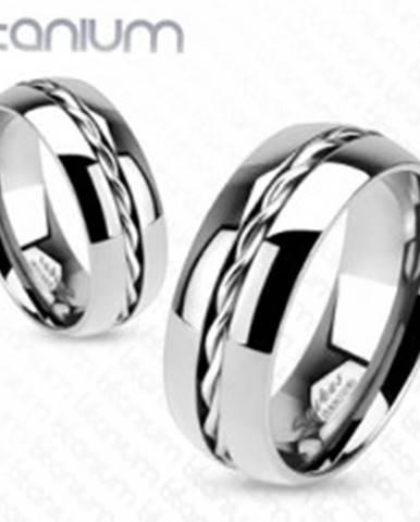 Titánový prsteň - obrúčka striebornej farby, točený drôtik uprostred L7.02 - Veľkosť: 49 mm