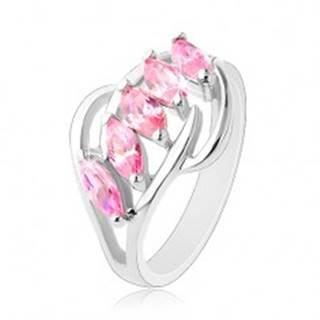Prsteň striebornej farby, lesklé oblúčiky, pás ružových brúsených zrniek - Veľkosť: 50 mm