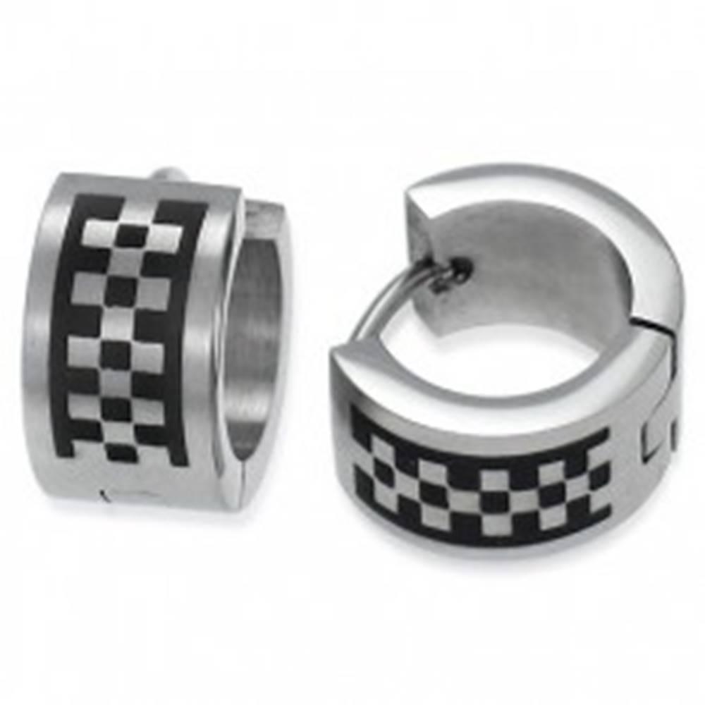 Šperky eshop Matné kĺbové náušnice z ocele, strieborná farba, motív šachovnice