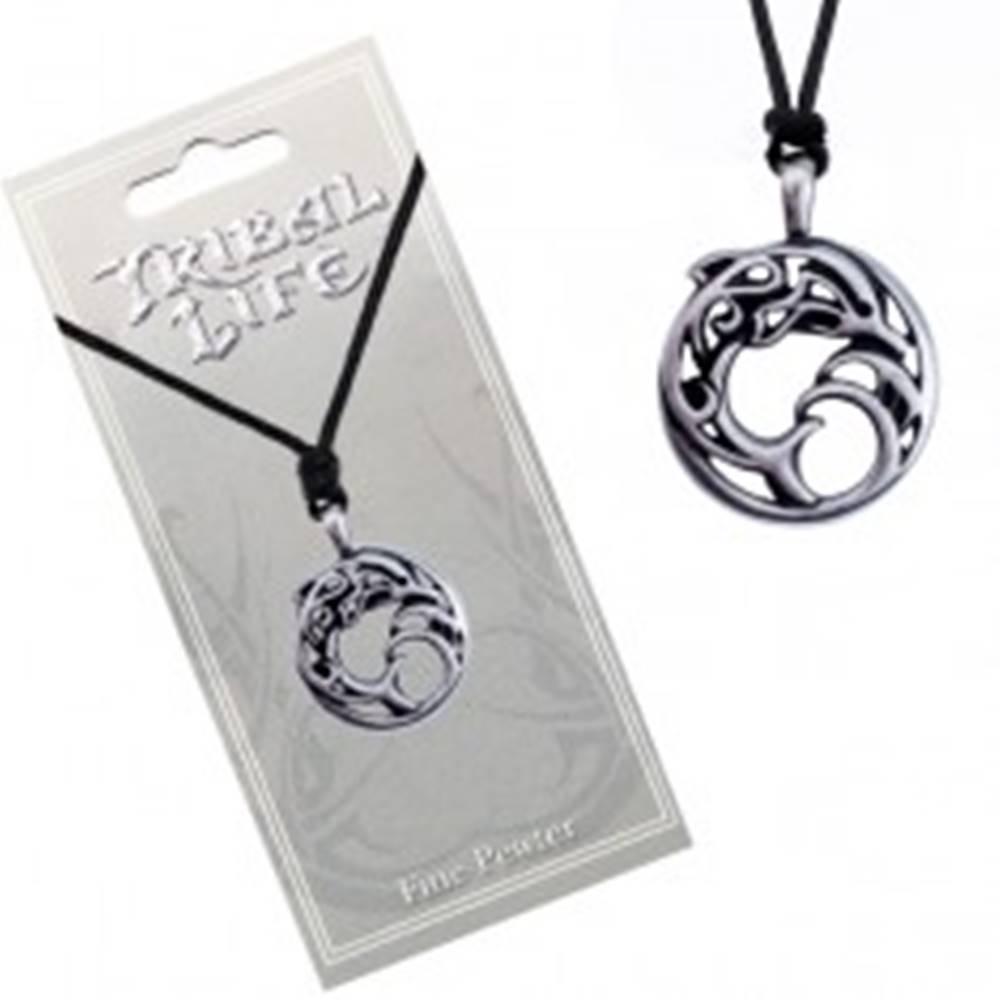 Šperky eshop Náhrdelník - kovový kruh s ornamentmi, delfín vo vlnách, šnúrka